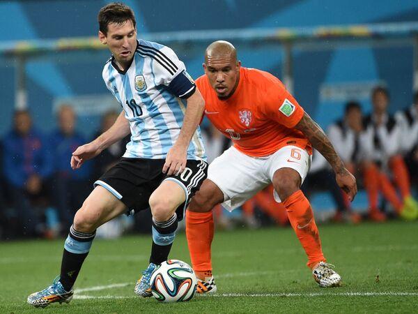 Нападающий сборной Аргентины Лионель Месси и полузащитник сборной Нидерландов Найджел де Йонг (справа).