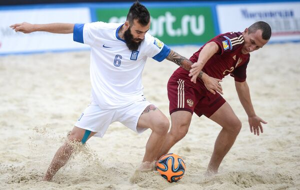 Игрок сборной Греции Константинос Папастатопулос (слева) и игрок сборной России Юрий Горчинский