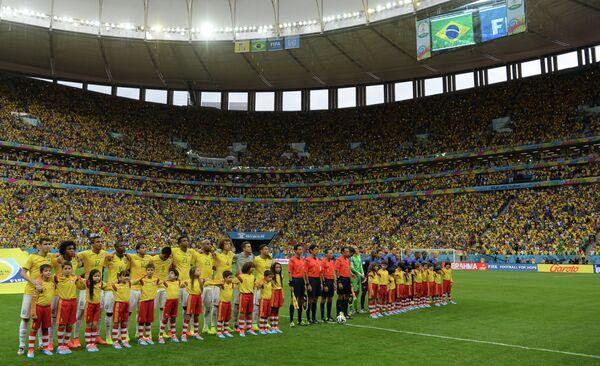 Футболисты сборных Бразилии, Нидерландов и судейская бригада