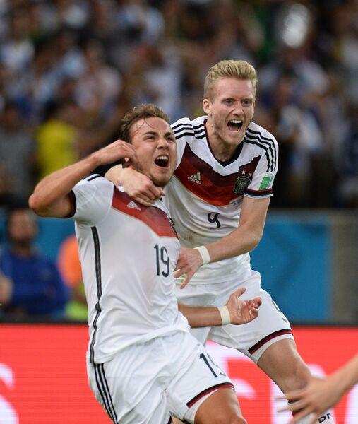 Футболисты сборной Германии Марио Гетце (слева) и Андре Шюррле радуются голу в финальном матче чемпионата мира.