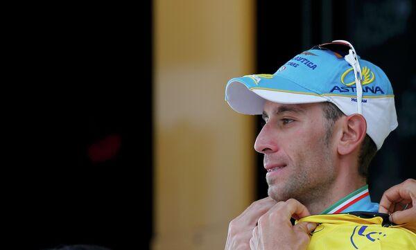 Велогонщик Астаны Винченцо Нибали в желтой майке лидера на подиуме по итогам семнадцатого этапа Тур де Франс