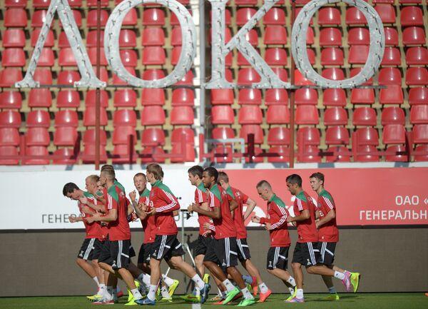 Футболисты клуба Локомотив на отрытой тренировке на стадионе Локомотив