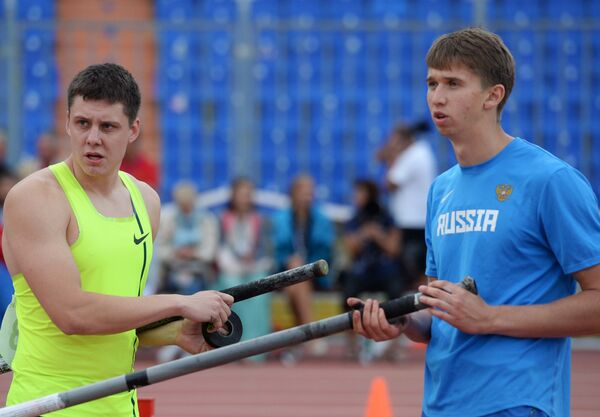 Сергей Кучеряну (слева) и Илья Мудров поделившие первое место в прыжках с шестом