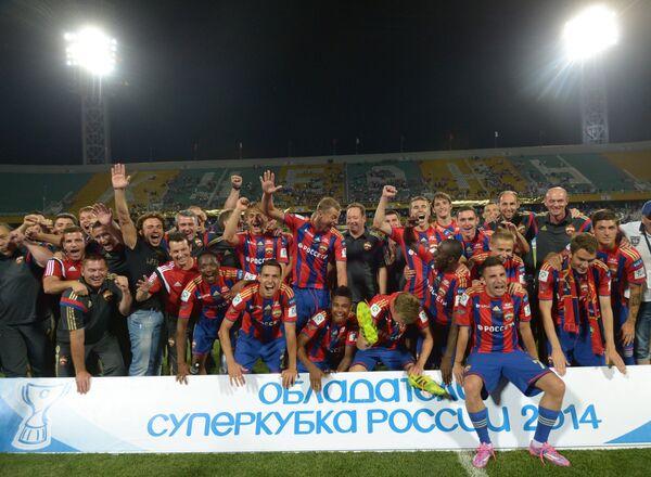 Игроки и члены тренерского штаба ПФК ЦСКА радуются победе в матче за Суперкубок России