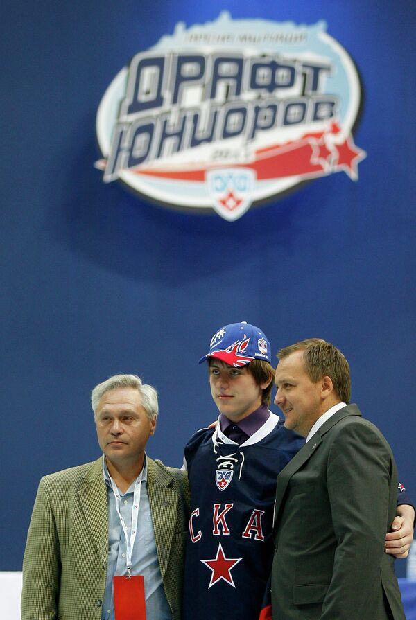 Иван Налимов (в центре)