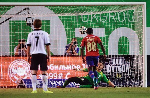 Нападающий ПФК ЦСКА Сейду Думбия забивает мяч с пенальти в ворота голкипера Торпедо Юрия Жевнова (слева направо)
