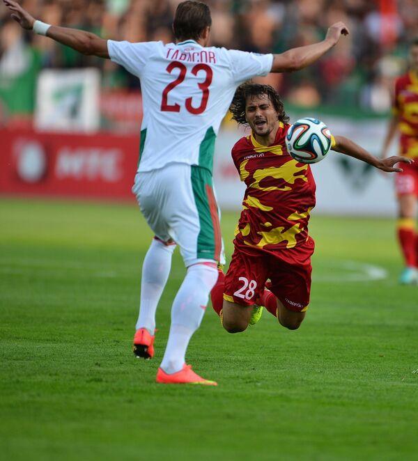 Полузащитник Локомотива Дмитрий Тарасов (слева) и полузащитник Арсенала Владислав Рыжков
