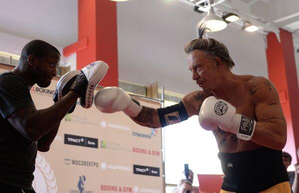 Американский актер Микки Рурк во время открытой тренировки по боксу в Академии бокса в Лужниках