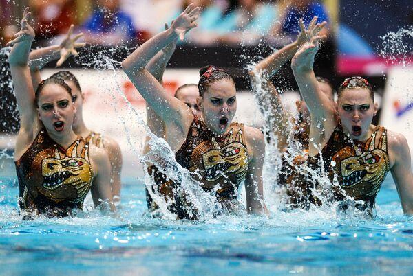 Команда России выступает с произвольной программой в командном синхронном плавании