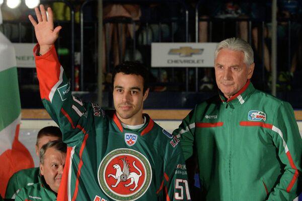 Главный тренер Зинэтула Билялетдинов (справа) и игрок ХК Ак Барс Джастин Азеведо