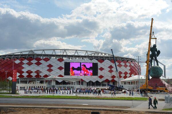 Покупатели в очереди у стадиона Открытие Арена
