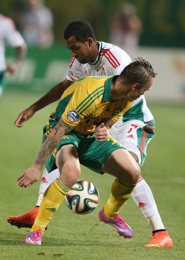 Защитник Кубани Андрей Ещенко и нападающий Локомотива Майкон (справа)