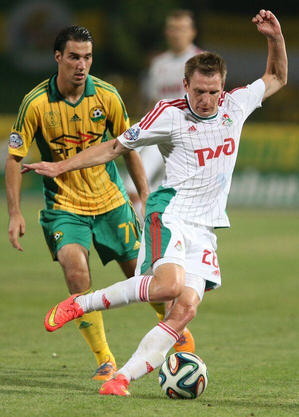 Полузащитник Кубани Ивелин Попов и защитник Локомотива Ян Тигорев (справа)