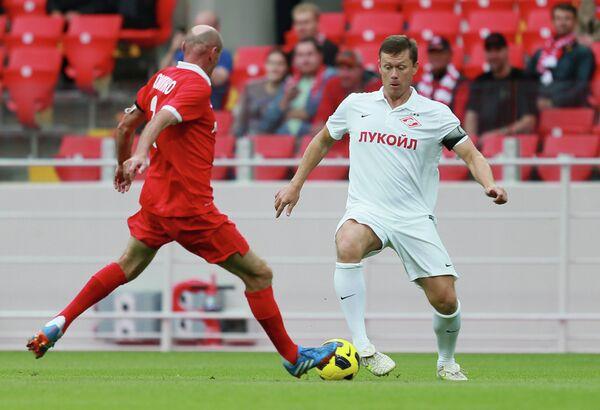 Защитник команды Красных Виктор Онопко (слева) и полузащитник команды Белых Игорь Ледяхов