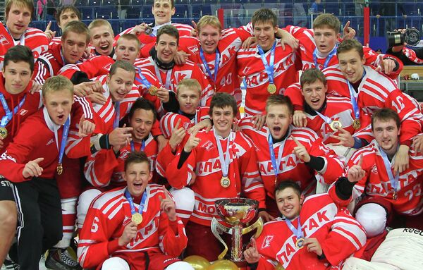 Игроки МХК Спартак (Москва, Россия) с Кубком мира среди молодежных команд