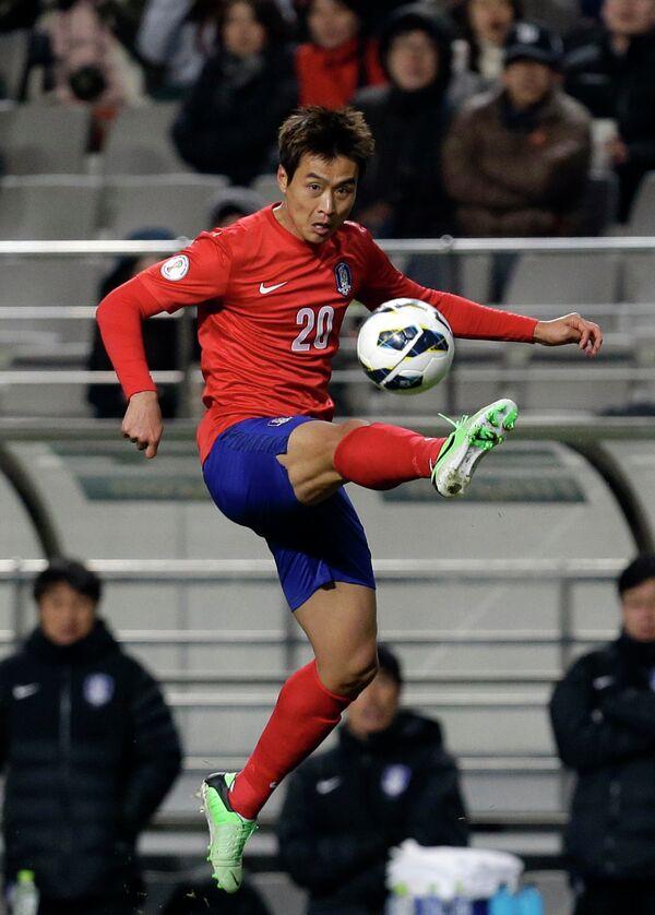 Нападающий сборной Южной Кореи Ли Дон Гук