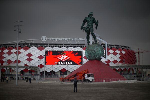 Вид на новый стадион Спартака Открытие арена и скульптуру гладиатора Спартака