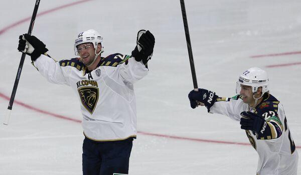 Хоккеисты Сочи Марк Олвер (слева) и Михаил Анисин