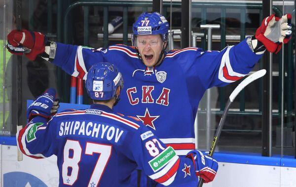 Игроки СКА Вадим Шипачев (слева) и Антон Белов