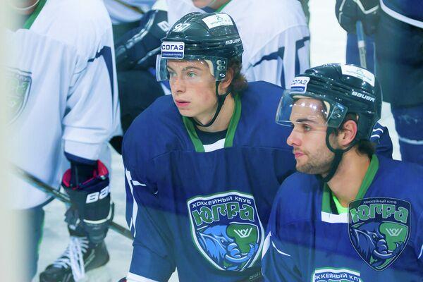 Форвард Югры Никита Гусев (слева)