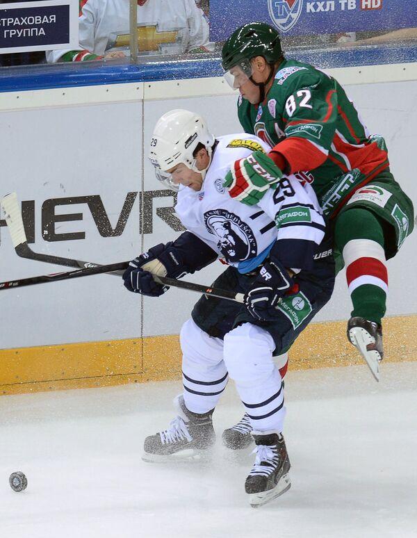 Нападающий ХК Медвешчак Мэтт Андерсон (слева) и нападающий ХК Ак Барс Евгений Медведев