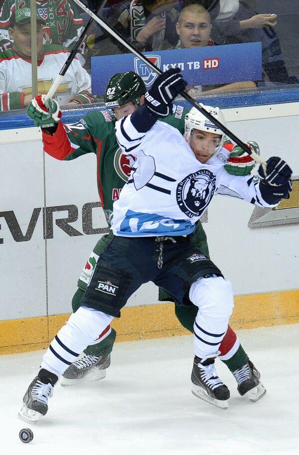 Нападающий ХК Ак Барс Евгений Медведев (слева) и нападаюший ХК Медвешчак Мэтт Андерсон