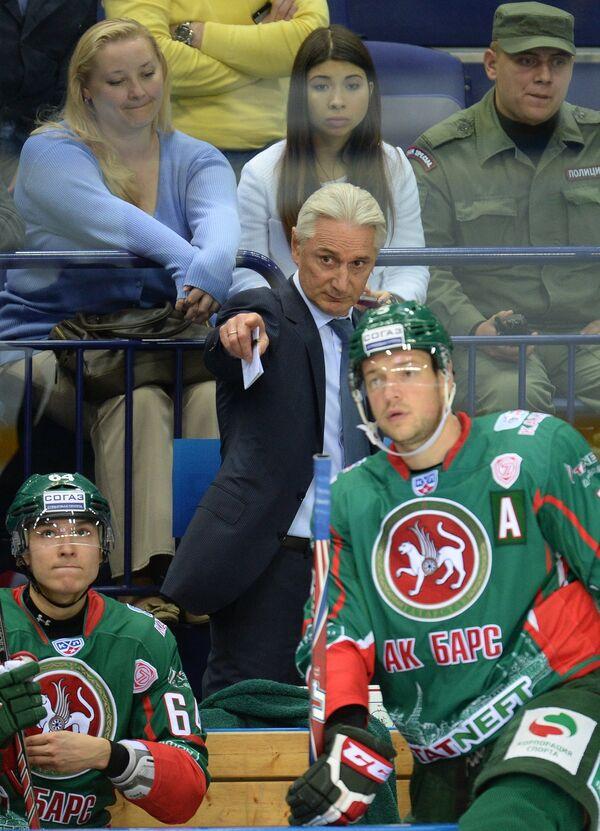 Главный тренер ХК Ак Барс Зинэтула Билялетдинов (в центре) дает указания защитнику команды Илье Никулину (на переднем плане)
