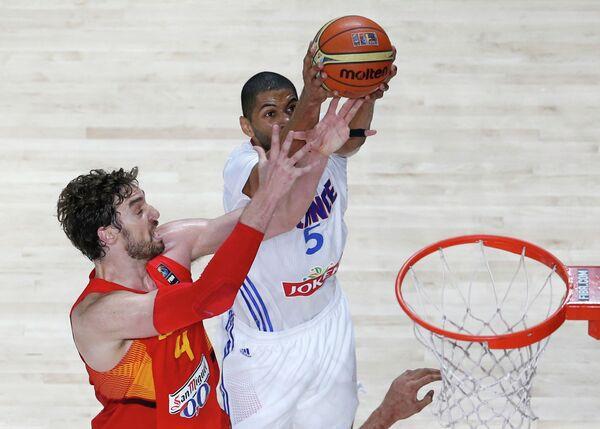 Игровой момент матча ЧМ по баскетболу Испания - Франция
