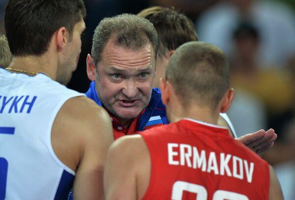 Главный тренер сборной России Андрей Воронков дает указания игрокам своей команды