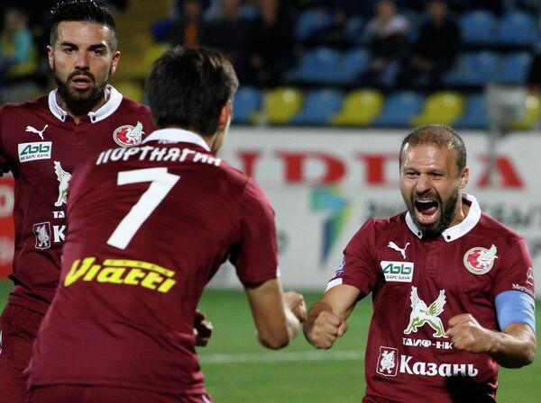 Футболисты Рубина Игорь Портнягин (слева) и Гекдениз Карадениз