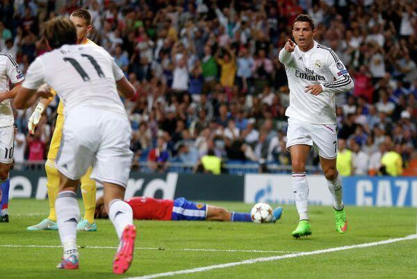 Нападающий Реала Криштиану Роналду поздравляет Гарета Бейла (на первом плане слева) радуются забитому мячом в ворота Базеля