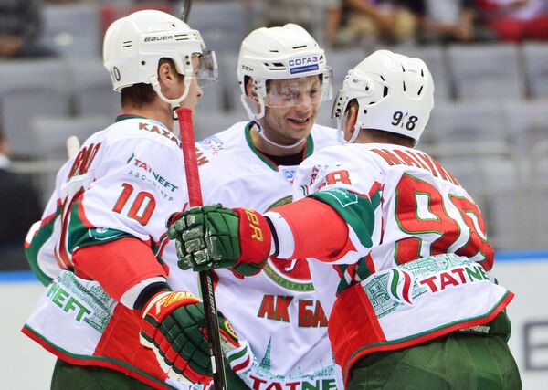 Хоккеисты Ак Барса радуются забитому голу