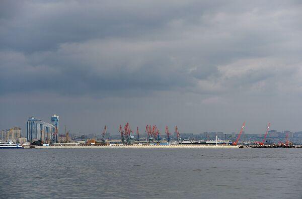 Вид на порт в Баку