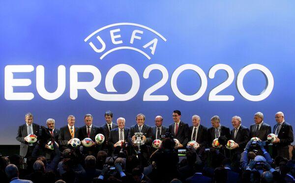 Представители стран на церемонии объявления городов-организаторов ЧЕ-2020 по футболу