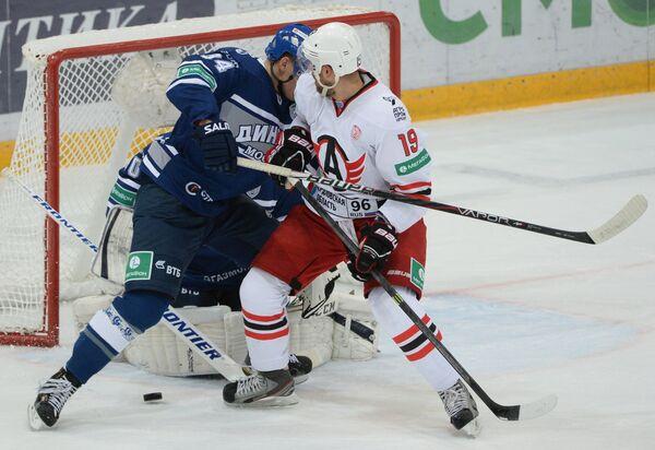 Защитник Динамо Андрей Миронов (слева) и нападающий Автомобилиста Никита Комаров