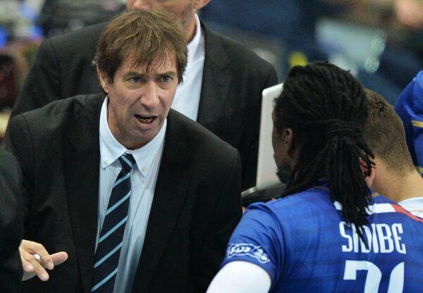 Главный тренер сборной Франции Лоран Тилли (слева)