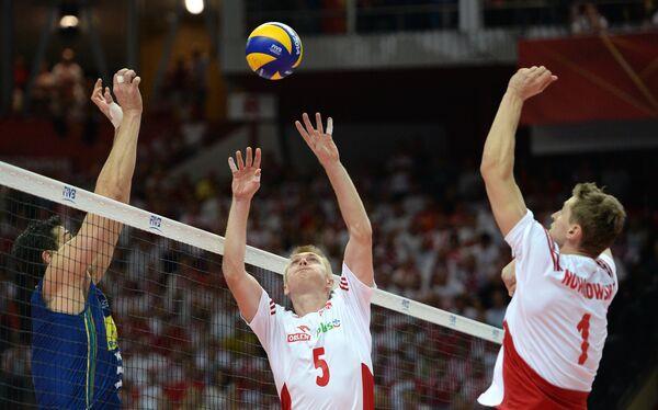 Волейболисты сборной Польши Петр Новаковский и Павел Загумный (справа налево)