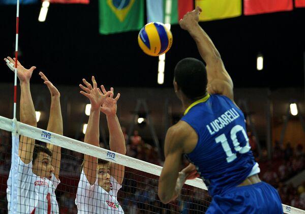 Доигровщик сборной Бразилии Рикарду Лукарелли (справа) и блокирующий Польши Петр Новаковский (слева)