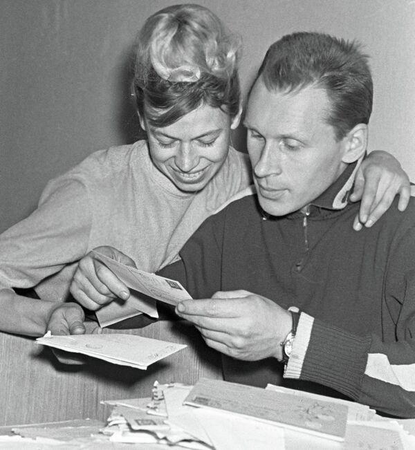 Людмила Белоусова (слева) и Олег Протопопов (справа)