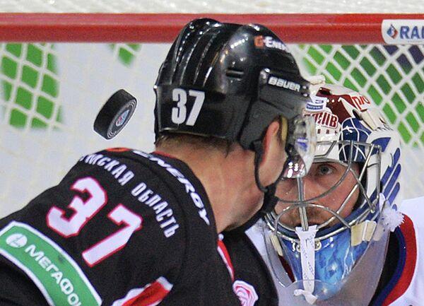 Нападающий Авангарда Александр Пережогин (слева) и вратарь Локомотива Кертис Сэнфорд