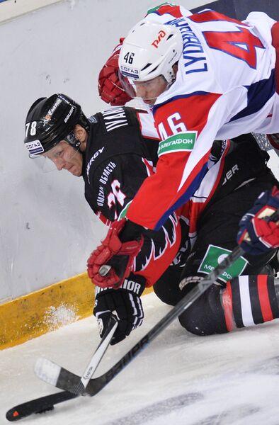 Нападающий Авангарда Андрей Иванов (слева) и защитник Локомотива Илья Любушкин