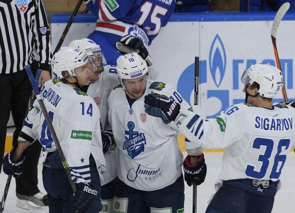 Хоккеисты Адмирала радуются заброшенной шайбе