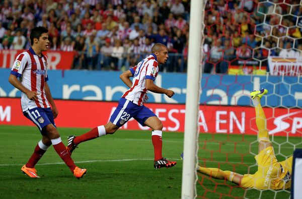 Футболисты Атлетико радуются забитому мячу Миранды (в центре)