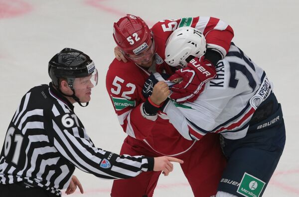 Защитник Витязя Игорь Головков (слева) и нападающий Металлурга Ярослав Хабаров