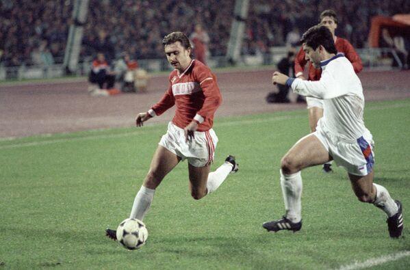Нападающий московского Спартака Федор Черенков (слева) приближается к штрафной площадке