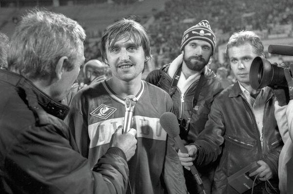 Нападающий московского Спартака Федор Черенков (2-й слева) отвечает на вопросы корреспондентов после матча