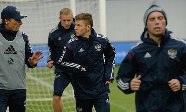 Полузащитники Олег Шатов (в центре) и Денис Глушаков на тренировке сборной России по футболу