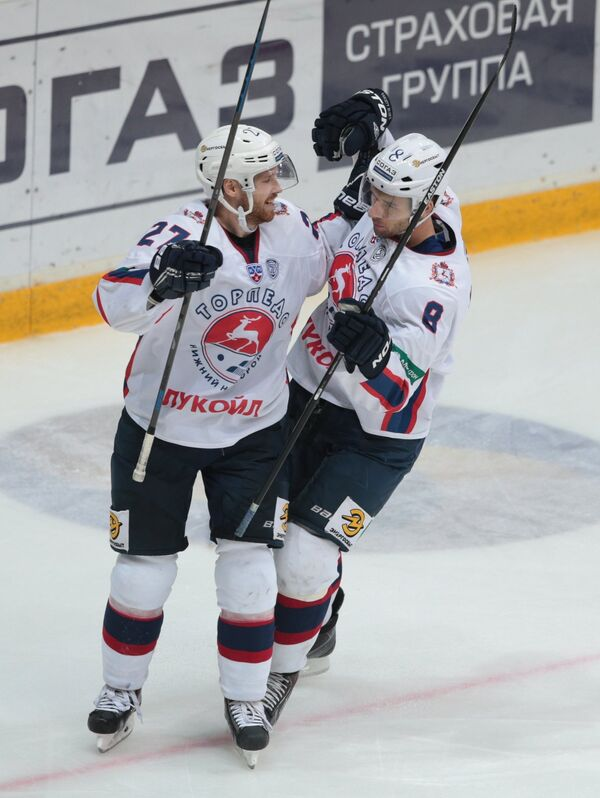 Хоккеисты Торпедо Виктор Другов (слева) и Войтек Вольский
