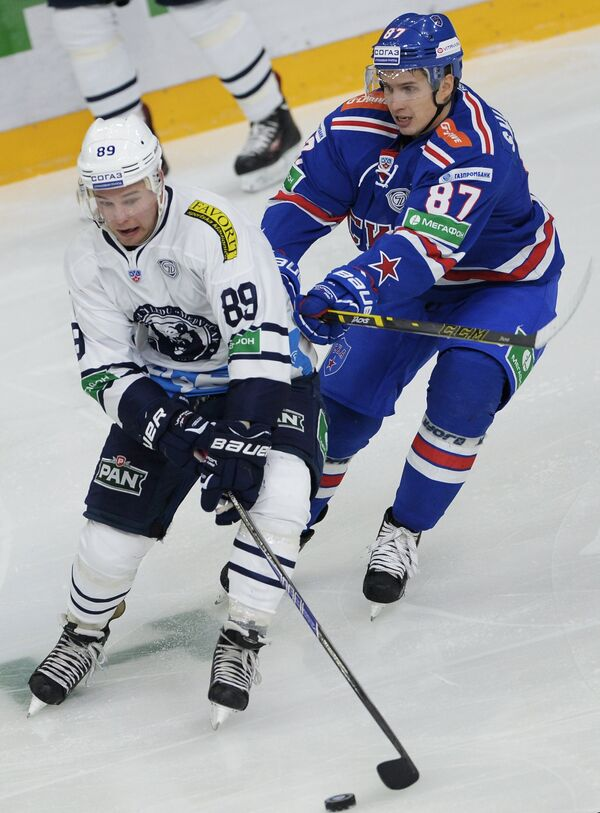 Защитник Медвешчака Марк Катич (слева) и нападающий СКА Вадим Шипачев