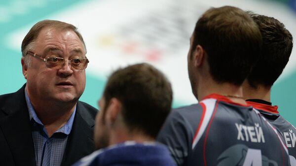 Главный тренер Белогорья Геннадий Шипулин дает указания игрокам своей команды